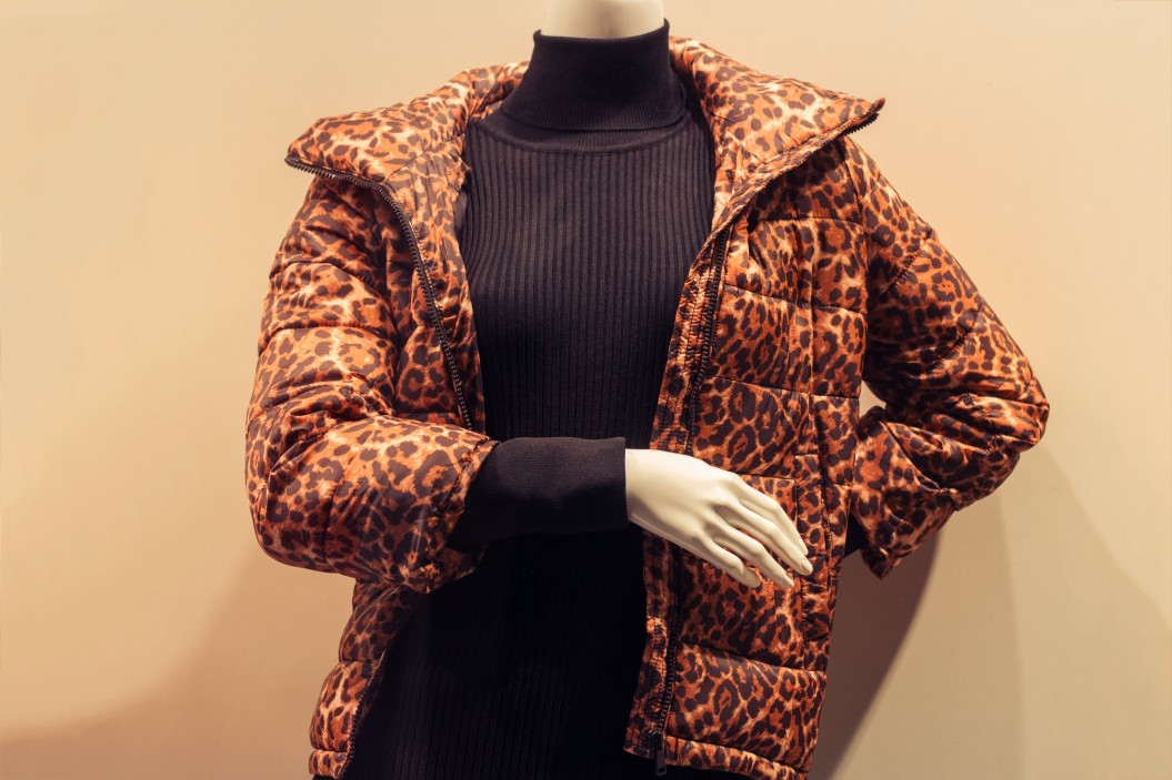 mannequin-in-a-shop-window-behind-glass-wearing-a-black-turtleneck-and-a-leopard-print-jacket-animal_t20_3Q8VVy